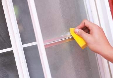 Как можно очистить скотч от пластикового окна: обзор эффективных средств в Сургуте